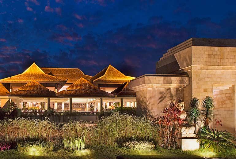 |シェラトン ムスティカ ジョグジャカルタ へチェックイン[滞在中毎朝食,専用車送迎(日本語ガイド付き)]|世界遺産ボロブドゥール寺院遺跡群&世界遺産プランバナン寺院遺跡群の玄関口ジョグジャカルタでシティーライフを満喫|ガルーダインドネシア航空|関空発利用|4日間|